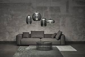 Kolekce moderních závěsných svítidel KNOT, kterou vyrábí Brokis, konfrontuje dva odlišné materiály – měkkost oblých křivek průzračného foukaného skla a přísnost vypnutého režného lana.