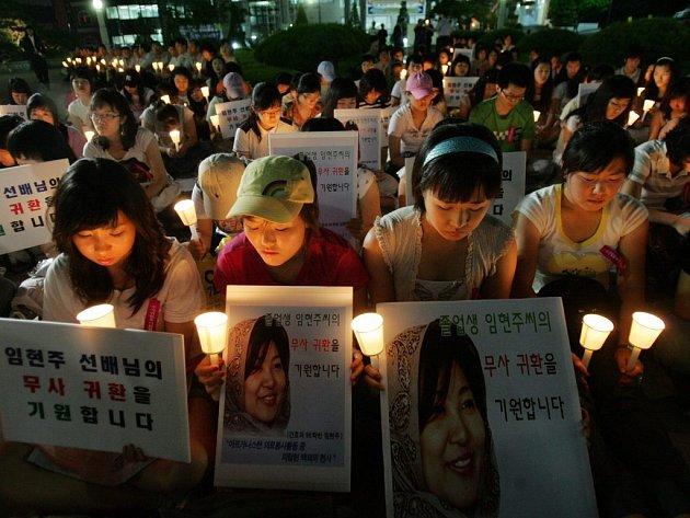 Celá Korea se modlí za unesené spoluobčany v Afghánistánu. Někteří z nich už se bohužel se svými blízkými neshledají.