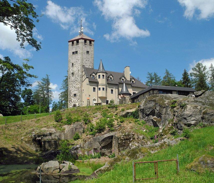 Liberecká výšina. Na vrchu Kovadlina byla před sto dvaceti lety vybudována restaurace ve formě středověkého rytířského hradu s pětadvacet metrů vysokou vyhlídkovou věží.