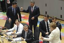 Německá kancléřka Angela Merkelová (vpravo), francouzský prezident Emmanuel Macron (druhý zprava), lucemburský premiér Xavier Bettel (třetí zprava) a český premiér Andrej Babiš (čtvrtý zprava za stolem) na summitu EU v Bruselu