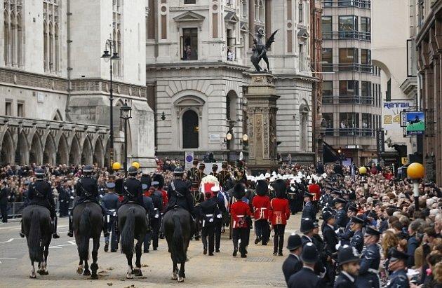 Smuteční průvod sostatky Margaret Thatcherové míří ke katedrále svatého Pavla.