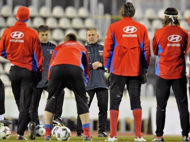 Výkonný výbor Českomoravského fotbalového svazu odvolal na svém dnešním zasedání celý realizační tým reprezentačního mužstva v čele s trenérem Petrem Radou a šesti hráči.