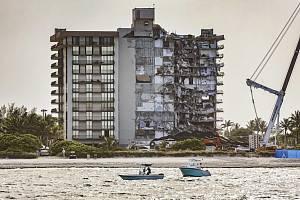 Demoliční četa za pomoci výbušnin zbourala část 12patrové budovy, která v městečku Surfside na Floridě zůstala stát po zhroucení několika desítek bytů v noci na 24. června
