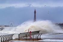 Vlny se přelévají přes vlnolamy Blackpoolu