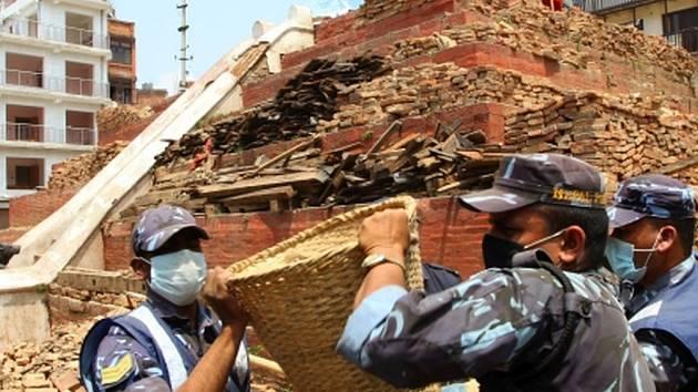 Nepál dnes postihlo další mohutné zemětřesení, jehož síla podle amerického geologického ústavu USGS dosáhla 7,1 stupně.
