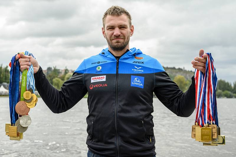 Ondřej Synek se sbírkou medailí.