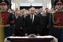 Mezi hosty smutečního obřadu byli prezident Vladimir Putin, premiér Dmitrij Medveděv i ministr zahraničí Sergej Lavrov.