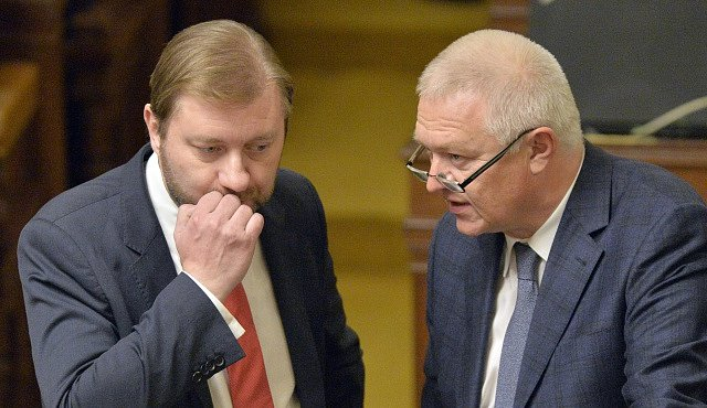 Předseda poslaneckého klubu hnutí ANO Jaroslav Faltýnek (vpravo) a předseda poslaneckého klubu ČSSD Roman Sklenák na schůzi Poslanecké sněmovny