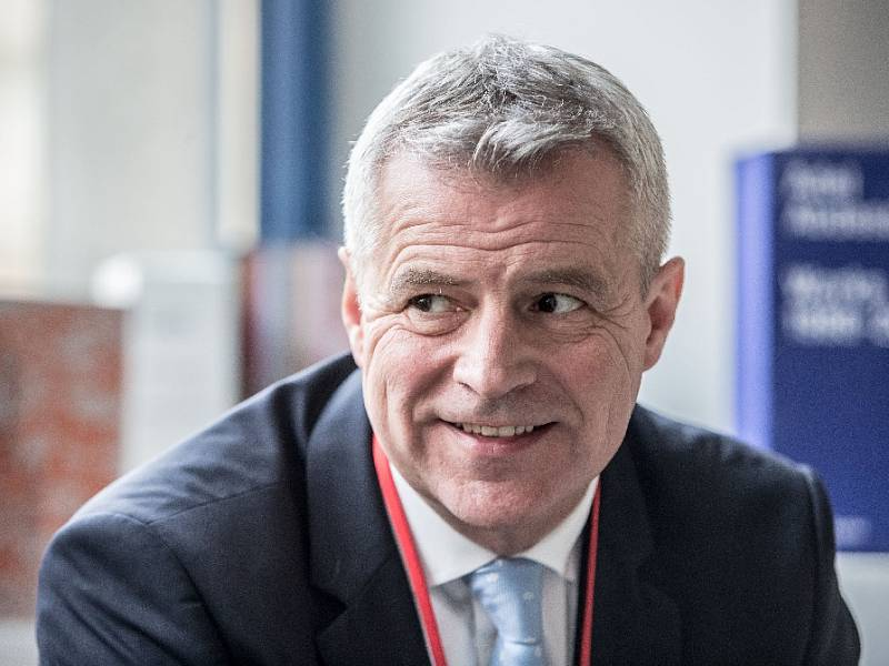 MLUVIT S LIDMI. Petr Kolář je přesvědčen, že politici musejí chodit za lidmi a mluvit s nimi. A nedělat jiné věci, než které hlásají na schůzích nebo v televizi.