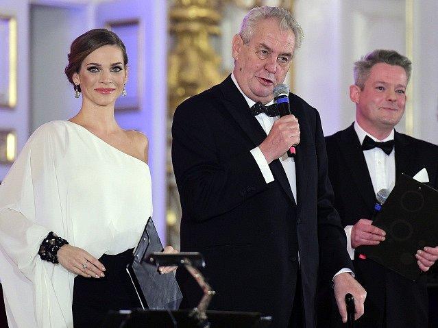 Prezident Miloš Zeman hovoří k návštěvníkům reprezentačního plesu.