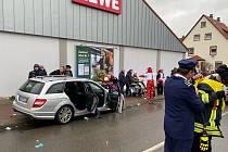 Do masopustního průvodu v Německu najelo auto.