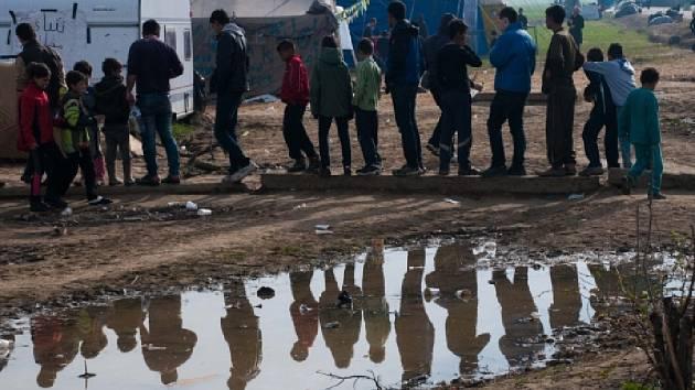 V řeckém uprchlickém táboře Idomeni, kde se tísní na 12.000 lidí, roste napětí, které hrozí přerůst v nepokoje.