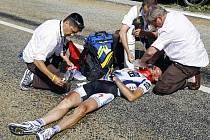 Německý cyklista Jens Voigt v péči oficiálních lékařů Tour de France.