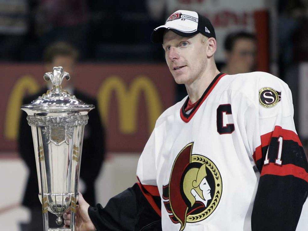 Daniel Alfredsson na archivním snímku z roku 2007. Po vítězném finále Východní konference NHL.
