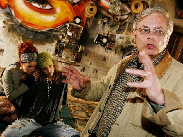 PŘI NATÁČENÍ. Režisér Karel Smyczek říká, že prostředí squatu by mohlo být pro diváky do značné míry objevné.