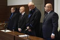 Městský soud v Praze 31. října 2019 projednával kauzu dvou bývalých šéfů Správy státních hmotných rezerv Tomáše Perutky (druhý zleva) a Ondreje Páleníka (vpravo). Podle kriminalistů způsobili státu škodu 49,5 milionu Kč při uzavření smluvního dodatku s ně
