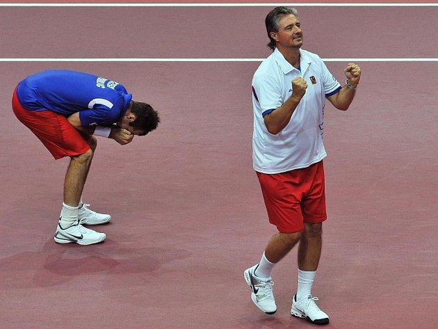 Radek Štěpánek (vlevo) poslal české tenisty do semifinále Davis Cupu. Vpravo se raduje nehrající kapitán Jaroslav Navrátil.