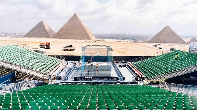 Squash se hraje opět u pyramid.