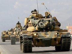 Turecké tanky míří k irácké hranici.