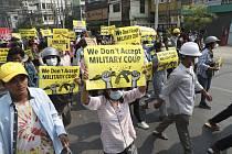 Barmští demonstranti i dnes vyšli do ulic na protest proti únorovému vojenskému převratu.