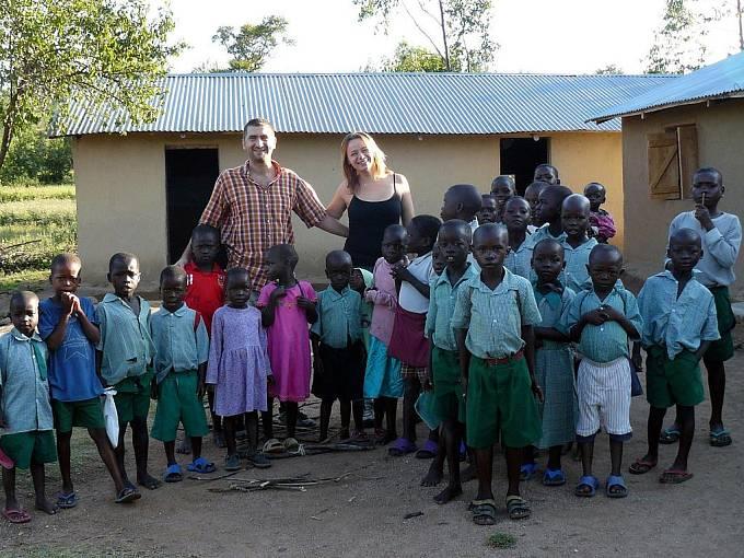 Milena Řezáčová a Marek Richtera, Keňa, před základní školou nedaleko Viktoriina jezera.