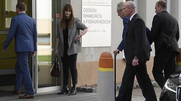 Prezident Miloš Zeman (třetí zprava) v doprovodu své dcery Kateřiny (druhá zleva) a ochranky vchází 17. října 2019 na oddělení pražské Ústřední vojenské nemocnice ve Střešovicích, kam podle Hradu přijel na čtyřdenní rekondiční pobyt