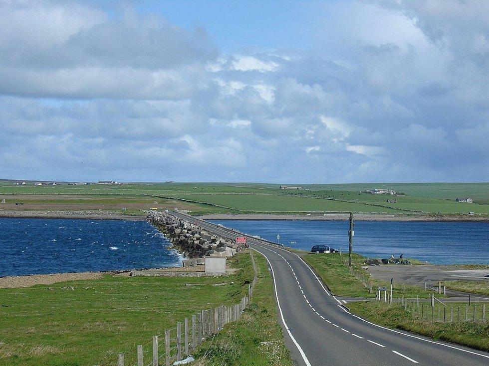 Po Prienově proniknutí do zátoky vybudovali Britové v daném místě obranný val, tzv. Churchillovu bariéru