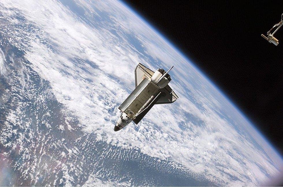 Atlantis v akci. Takhle raketoplán mohli vidět obyvatelé Mezinárodní vesmírné stanice.