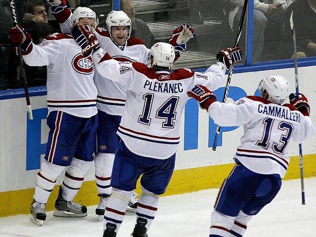 Hokejisté Montrealu (zleva Josh Gorges, Marc-Andre Bergeron, Tomáš Plekanec a Michael Cammalleri) slaví gól v síti Atlanty.