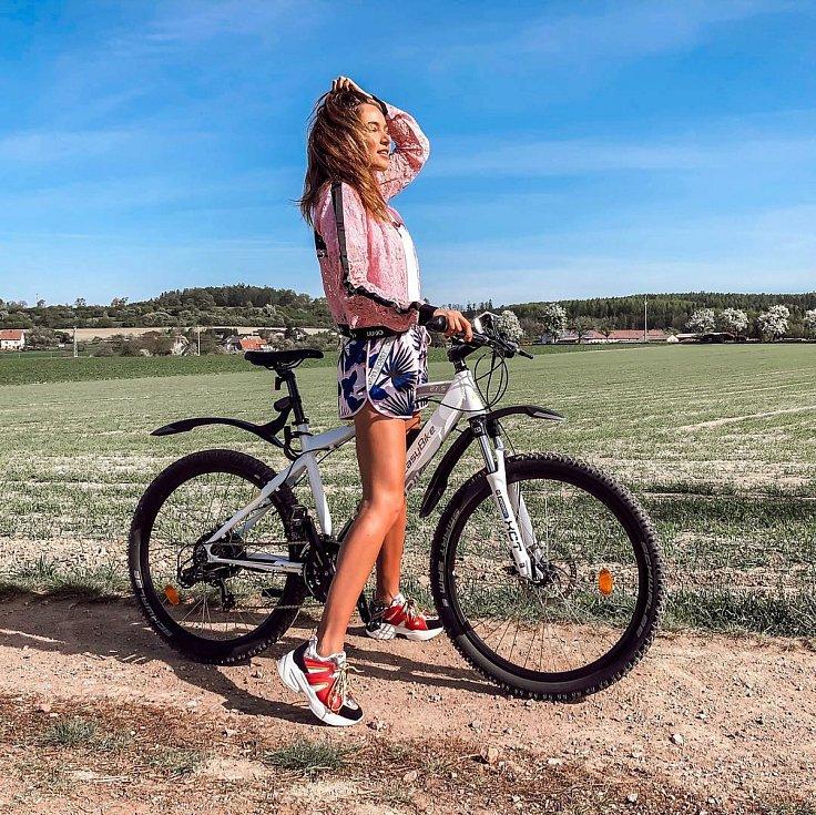 """""""Nechť je každý sport tak hravý a nenáročný jako je jízda na elektrokole?. Jo a ten parádní výletní outfit je z @liujoglobal včetně bot,"""" napsala k fotce Andrea Bezděková."""