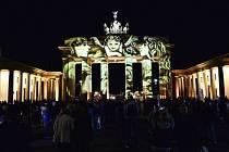 Braniborská brána, která se v pondělí stane centrem oslav výročí znovusjednocení Německa, byla v pátek večer k nepoznání.