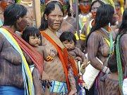 Brazilští Indiáni protestují proti kácení amazonského pralesa na shromáždění v Belemu, kde se koná Světové sociální fórum.