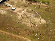 Letecký snímek lidí protestujících proti ničení amazonského pralesa na fóru v brazilském Belemu.