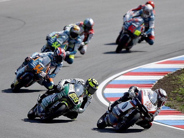 Nicolas Terol ze Španělska (vlevo) v čele skupiny jezdců v závodě třídy do 125 ccm.