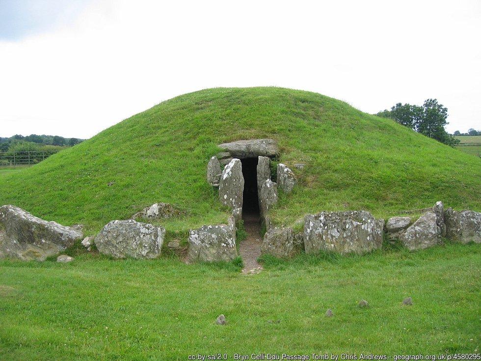 Bryn Celli Ddu, starověké rituální místo ve Walesu zřejmě sloužilo podobným účelům jako slavné Stonehenge