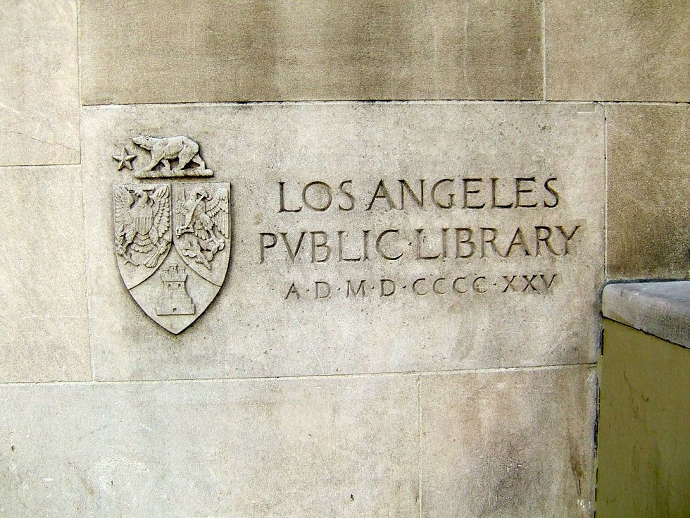Základní kámen původní budovy Ústřední knihovny Richarda J. Riordana, položený v roce 1925