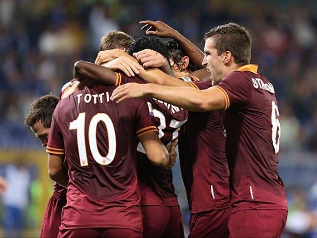 Fotbalisté AS Řím se radují z gólu proti Sampdorii.