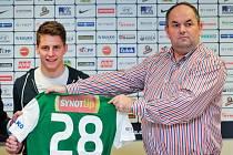 Majitel klubu FK Baumit Jablonec Miroslav Pelta (vpravo) s posilou Lukášem Masopustem.
