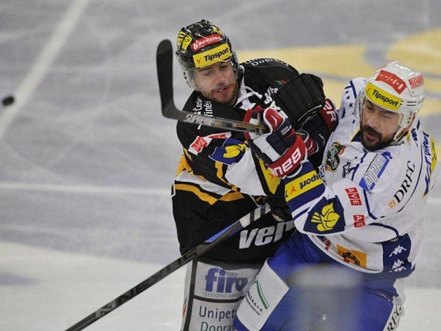 Tvrdý střet. Jakub Petružálek z Litvínova (vlevo) a Jozef Kováčik z Brna.