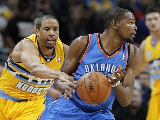 Kevin Durant z Oklahomy (vpravo) proti Denveru.