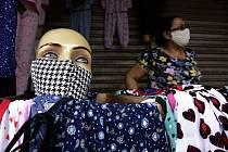 Prodej roušek na ulici v brazilské metroopoli, 18. května 2020