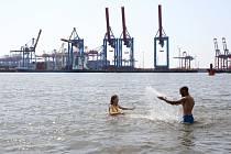 Lidé se koupou v moři během veder v Hamburku