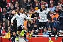 Střelec Tottenhamu Younes Kaboul (vpravo) slaví se spoluhráčem Jermaine Jenasem vítězný gól proti Arsenalu.