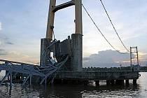 Při zřícení mostu v Indonésii zemřeli nejméně čtyři lidi