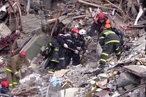 Záchranáři pátrají v troskách obytného domu v Magnitogorsku