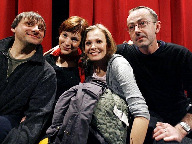 Herci Radek Holub (vlevo), Lenka Krobotová (druhá zleva) a Michaela Badinková během tisková konference k novému filmu režiséra Petra Zelenky (vpravo) Bratři Karamazovi.