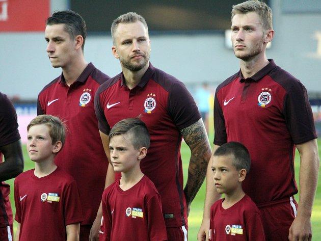 Posila Sparty Michal Kadlec (uprostřed) před zápasem s Fenerbahce.