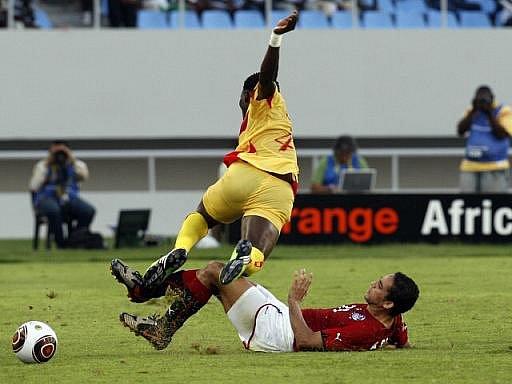 Hráč Egypta Ahmed Raouf (vpravo) ve střetu s Djimanem Koukou z Beninu na mistrovství Afriky.