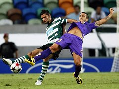 Domácí Helder Postiga ze Sportingu Lisabon atakuje hráče Fiorentiny Alessandra Gamberiniho.