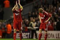 Zklamaní fotbalisté Liverpoolu Steven Gerrard (vlevo) a Dirk Kuijt.